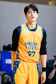 Recently, a series of photos of ASTRO's Cha Eunwoo burning it up on the basketball court have been circulating online and driving everyone wild. Handsome Anime Guys, Handsome Boys, Korean Celebrities, Korean Actors, Asian Boys, Asian Men, F4 Boys Over Flowers, Cha Eunwoo Astro, Lee Dong Min