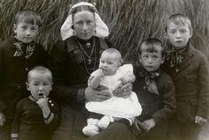 Vrouw en kinderen in streekdracht uit Eem- en Gooiland. De vrouw draagt de 'staartkap'. 1918-1938 #Gooi #Eemland #NoordHolland #Utrecht #WestFries