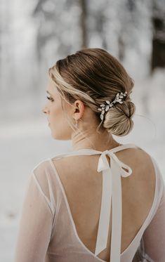 Styling Winterhochzeit. Firsur Winterhochzeit Backless, Wedding Dresses, Weddings, Detail, Fashion, Brides And Bridesmaids, Marriage Anniversary, Newlyweds, Getting Married
