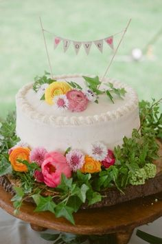 Simple Rustic Wedding Cakes | cute idea for dressing up a simple cake