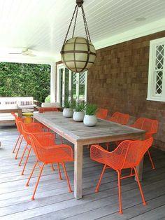 meubles de jardin dépareillés: chaises en métal et table en bois