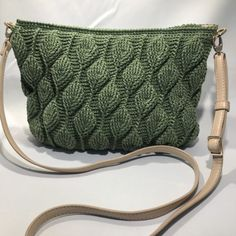 Sådan hækler du en smuk taske med - By Damsbak % Diy Crochet And Knitting, Easy Crochet, Crochet Clothes, Crochet Bags, Knitting Patterns, Crochet Patterns, Blade, Free Pattern, Diy And Crafts
