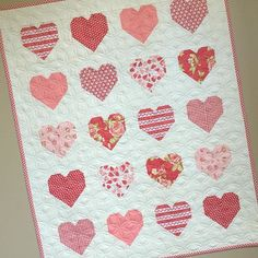Simple Heart Quilt - done and hung. Free tutorial by @cluckclucksew Quilted by…
