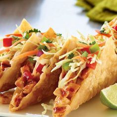 This is a copy-cat recipe for Applebees Chicken Wonton Tacos -- a fusion dish with elements from both Mexican and Asian Cuisine. Wonton Recipes, Copycat Recipes, Appetizer Recipes, Chicken Recipes, Appetizers, Applebees Recipes, Dinner Recipes, Chicken Wonton Tacos, Chicken Wontons