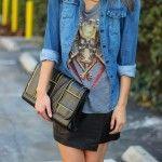 Look do Dia = Camisa Jeans + Saia de Couro + Camiseta Estampada + Colar de Correntes
