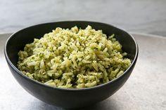 Een geweldig vegetarisch recept vol voedingsstoffen en vitaminen is groene rijst met tuinbonen en doperwten. Het ziet er ook nog eens bijzonder uit.____Ingrediënten:__2 el olijfolie   een beetje extra voor de smaak__Een bosje lente-uitjes schoongemaakt en gesneden of 1 grote ui, geschild en in stukjes gesneden__100g bevroren erwten__125g bevroren t