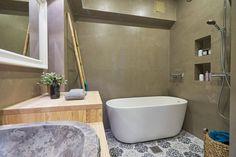 Remontoimassamme kylpyhuoneessa on upeita yksityiskohtia ja mikrosementillä pinnoitetut seinät. -Unique Home Corner Bathtub, Bathroom, Unique, Home, Washroom, Full Bath, Ad Home, Homes, Bath