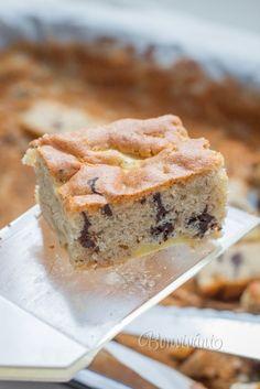 Jednoduchý koláčik, ktorý sa podarí každému a jeho výborná chuť vás bezpečne očarí. Doslova sa rozplýva na jazyku. Je voňavý, šťavnatý a zároveň chrumkavý. Použite hlbší plech s rozmermi 25x38 cm, alebo cesto vylejte do muffinkových foriem. 1 hrnček má 250 ml. Czech Recipes, Ethnic Recipes, Spanakopita, Sandwiches, Pie, Treats, Sweet, Basket, Kitchens