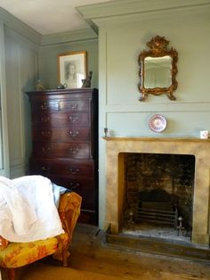 Romilly Saumarez-Smith, a maker and her house in East London, from Bible of Brit. - Romilly Saumarez-Smith, a maker and her house in East London, from Bible of British Taste - Georgian Interiors, Georgian Homes, Victorian Homes, English Decor, Antique Interior, Antique Furniture, English House, East London, Cool Rooms