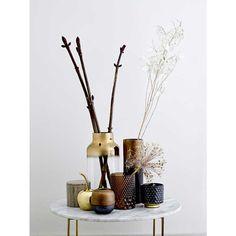 Vase in bronzefarben, rund, klein  Gib Deinen Blumen ein neues Zuhause!    Mit dieser außergewöhnlichen Vase von Bloomingville setzt Du Deinen Blumenstrauß perfekt in Szene.  Ihre bauchige Form und der stimmungsvolle Farbverlauf von Bronze zu Schwarz machen die Vase zur perfekten Dekoration - mit und ohne Blumen.