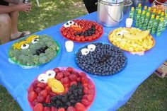 I wish I had seen this when my kids where into Sesame Street! This would have been a cute idea for a birthday party! Sesame Street characters: Oscar, Telly, Big Bird, Cookie Monster and ELMO! Veggie Platters, Veggie Tray, Vegetable Trays, Veggie Display, Veggie Cheese, Vegetable Ideas, Party Trays, Snacks Für Party, Party Platters