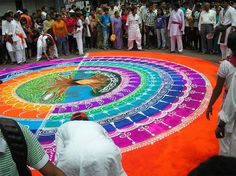 In India, there is a long-standing folk art known as rangoli (or kolam or Muggu), in which patterns are created on the floor using materials such as colore Rangoli Designs 2016, Best Rangoli Design, Rangoli Colours, Rangoli Patterns, Art Indien, Poster Rangoli, Blend Images, Happy Diwali Images, Latest Rangoli