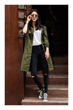 Cómo combinar el color verde militar #TiZKKAmoda #abrigo #verde #Tshirt #pantalón #negro #jeans #sneakers #lentes #look #fashion
