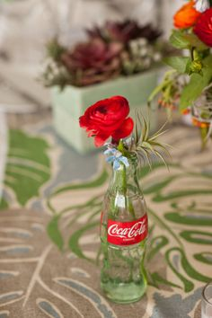 DIY rose in a coke a cola bottle Glass Coke Bottles, Coca Cola Bottles, Pop Bottles, Pepsi Cola, Bottle Vase, Coca Cola Party, Coca Cola Decor, Bottle Centerpieces, Vases