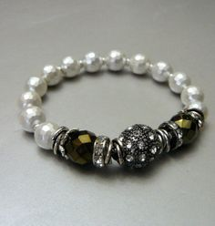 White+Shell+Pearl+Faceted+Bracelet+with+Czech+Black+por+pmdesigns09,+$68.00