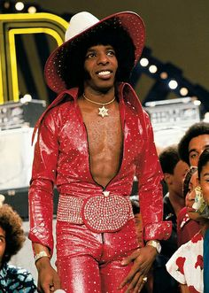 Here's Sly Stone dressed to impress on Soul Train back in Sly Stone is a musician and record producer, most famous for his days as front man for Sly and the Family Stone. Afro, Costume Année 70, Soul Train Fashion, Punk, Woodstock, Sly Stone, Blues, The Family Stone, Vintage Black Glamour