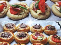 Πιτάκια γεμιστά με κιμά και αλλάντικα. Υπεροχή ιδέα για μπουφέ Bruschetta, Baked Potato, Cheesecake, Potatoes, Snacks, Baking, Ethnic Recipes, Desserts, Finger Food