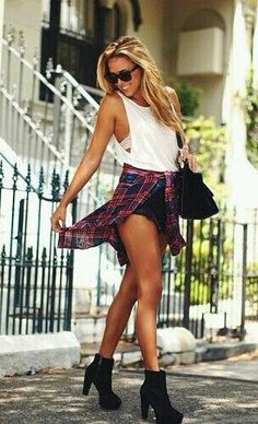 Grunge chicness // love the this outfit. Yes, the shorts are way to short, but the idea of it is something I want to try!