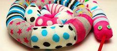 Hoy os presentamos una entrada corta, pero muy productiva. Se trata de reciclar los viejos calcetines, o esos que se han quedado huérfanos (¡nos pasa a todos!), y convertirlos en una original serpiente de peluche. De esta forma, les daremos a los más pequeños un nuevo juguete (u objeto de decoración a nuestro hogar) a …