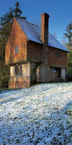 The surviving cross-wing of a late medieval, timber-framed hall house in a peaceful woodland clearing in the Kent Weald. Cowden Station is a 15 minute walk through the woods and Chartwell, Hever Castle and Penshurst Place are nearby.