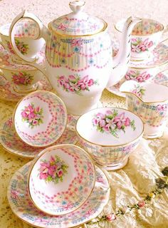 Beautiful coffee set--Royal Bridal Gown pattern by Queen Anne Tea Pot Set, Tea Sets, Teapots And Cups, Teacups, Keramik Vase, Cuppa Tea, China Tea Cups, My Cup Of Tea, China Patterns