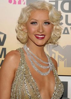 Christina Aguilera is a woman of many styles. However we can't look past her unforgettable, head turning Pin Up look. She was perfect. Pinup Hair Short, Short Cropped Hair, 1920s Hair Short, Curly Short, Retro Hairstyles, Short Bob Hairstyles, Prom Hairstyles, Bob Haircuts, Vintage Haircuts