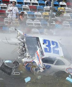 Kyle Larson front end gone in wreck Daytona Nascar Crash, Nascar Race Cars, Nascar Wrecks, Jeff Gordon Nascar, Kyle Larson, Drag Racing, Auto Racing, American Racing, Race Day