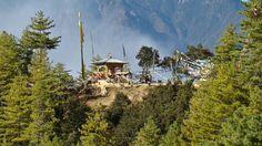 Der Weg zum Tigernest Taktshang-Lhakang, gesäumt von buddhistischen Gebetsfahnen