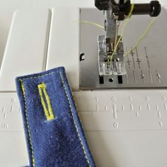 Knoopsgaten maken met je gewone naaimachine - SewNatural Sewing Basics, Sewing For Beginners, Sewing Hacks, Sewing Tutorials, Sewing Projects, Techniques Couture, Sewing Techniques, Diy Clothing, Sewing Clothes
