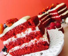 O Red Velvet Cake ficou bastante conhecido durante a Segunda Guerra Mundial. Com o racionamento de alimento, eles passaram a fazer o bolo com beterrabas, que além de ser muito comum nos Estados Unidos, é rica em ferro e açúcares, e claro,  dá o tom natural avermelhado. Depois da Guerra, com o sucesso do bolo, começaram a substituir a beterraba por corante alimentício.