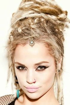 Subtle turquoise & bronze head piece, looks beautiful among her dreaded locks. -I luv her dreads! I'd like to try dreads, just once, to see what I'd look like? Dreadlock Hairstyles, Bride Hairstyles, Pretty Hairstyles, Hairstyle Ideas, Hairstyles 2016, Updo Hairstyle, African Hairstyles, Dreads Styles, Dreadlock Styles
