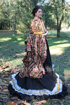 Vestido vitoriano tardio de passeio aproximadamente da década de 1870,  em algodão estampado floral e tricoline preto com saia em babados de cetim dourado.  Site: http://www.josetteblanchardcorsets.com/ Facebook: https://www.facebook.com/JosetteBlanchardCorsets/ Email: josetteblanchardcorsets@gmail.com josetteblanchardcorsets@hotmail.com