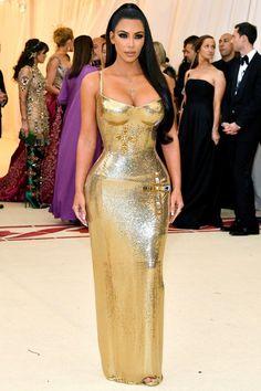 Kim Kardashian West in gold Versace - All Met Gala 2018 Dresses - Met Gala Red Carpet Celebrity Style Kourtney Kardashian, Estilo Kardashian, Kardashian Style, Celebrity Red Carpet, Celebrity Dresses, Celebrity Style, Fashion Mode, Look Fashion, High Fashion