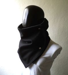 Extra Wide, Black wool with metalic snaps. Trendy, modern, chunky and cozy. Dark Fashion, World Of Fashion, Mens Fashion, Bow Scarf, Look Street Style, Dapper Gentleman, Black Wool, Swagg, Scarf Styles