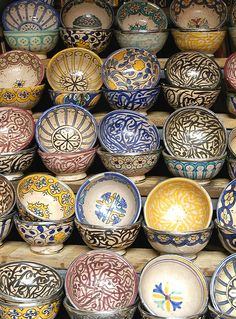 Hand-painted ceramic bowls at a street market in Marrakech, Morocco. I will try to make a stained glass using the same design. Moroccan Decor, Moroccan Style, Pottery Painting, Ceramic Painting, Ceramic Bowls, Ceramic Pottery, Design Marocain, Art Et Design, Cerámica Ideas