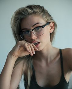 Mens Smart Casual Outfits, Scarlett Leithold, Scarlett Rose, Girls With Glasses, Just Girl Things, Beauty Women, Portrait Photography, Sexy, Fingers