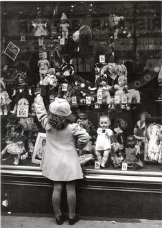 vintage doll shop - wish I was there right now!/I would be so excited just to see inside this old doll shop! Antique Photos, Vintage Pictures, Vintage Photographs, Old Pictures, Vintage Images, Old Photos, Vintage Christmas Photos, Vintage Holiday, Doll Shop