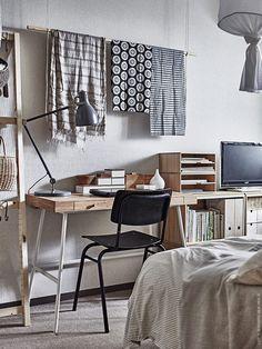 Skrivbord LILLÅSEN och skrivbordslampa ARÖD. KVISSLE låda med lock, DRAGAN badrumsset, 2 delar, används här som skrivbordstillbehör, KNUFF tidskriftssamlare.