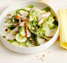 Grüner Salat mit Wasabi-Nüssen: Apfel, Spinat, Gurke, Kopfsalat und Zuckerschoten ergeben einen klasse Salat. Wasabi-Nüsse sind ein knuspriges Highlight.