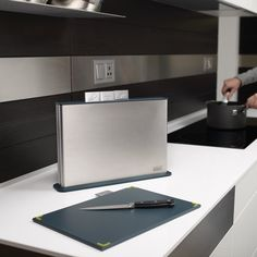 The Index™ 100 chopping board set comes in a stylish stainless steel case and includes four cutting boards with tabs to indicate which type of food should be prepared on them to help reduce cross-contamination. Kitchen Hacks, Kitchen Gadgets, Kitchen Things, Kitchen Ideas, Joseph Joseph Chopping Board, Howard Storage, Glass Chopping Board, Cooking Tools, Kitchen Utensils