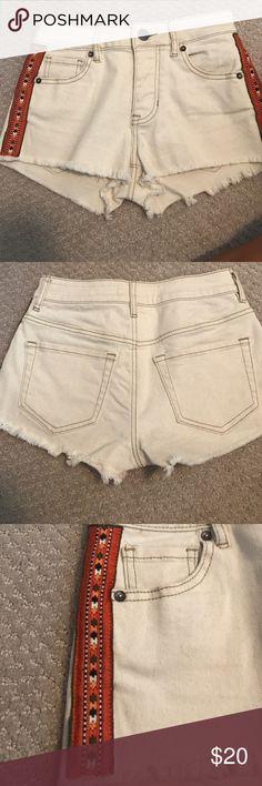 bullhead denim (pacsun) cream shorts cream jean shorts with cute design down the side size 0 high rise PacSun Shorts Jean Shorts