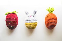 Transform plain plastic Easter eggs into cute crochet amigurumi! Get the free pattern by Good Knits!