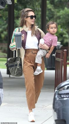 Wonder woman: Jessica Alba, looked every bit the busy mom as she was spotted in Beverl. Jessica Alba Outfit, Jessica Alba Casual, Jessica Alba Family, Jessica Alba Style, Star Fashion, Daily Fashion, Fashion Outfits, Womens Fashion, Celebrity Outfits