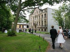 Hochzeiten Berlin - Die historische Fassade der alten Villa ist im vorderen Teil noch erhalten geblieben und wurde im hinteren Teil durch einen modernen Neubau ersetzt. Gefeiert werden kann auf der großen Wiese oder in der alten Scheune. Hier finden bis zu 100 Personen Platz (Bankettbestuhlung).