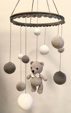 Wonderful Images Toys baby diy Ideas Mobile in white light gray and dark gray Made Crochet Baby Toys, Crochet Geek, Crochet Animals, Crochet Dolls, Easy Crochet, Baby Knitting, Knitting Wool, Crochet Bunny, Mobiles En Crochet
