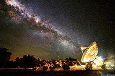 La Vía Láctea se coloca en línea con el disco de 64 metros de diámetro del radiotelescopio del Observatorio Parkes, en Australia. Foto: BBC Mundo