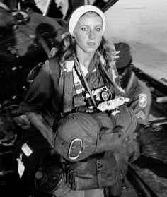 Catherine Leroy (1945-2006). Photographe de guerre dès l'âge de 21 ans, elle avait couvert,entre autres les guerres du Vietnam et du Liban dans les périodes les plus dures et y avait même été faite prisonnière. (Vietnam). En 1976, elle sera la 1ère femme  à recevoir le prix Robert Capa Gold Metal pour ses photos de combats de rue à Beyrouth lors de la guerre du Liban.