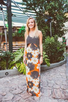 look do dia de vestido longo com listras e florais