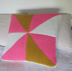 tuto coussin triangles au point mousse. Knitted triangle cushion tutorial, in French, by petitte pimprenelle.