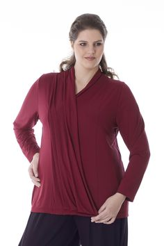 Exelle | This shirt with pleats in front and wrap-over effect has a V-neck and long sleeves. Small around the chest and straight on the hips. Made from a high-quality jersery from viscose/elastane. Available in many colours.